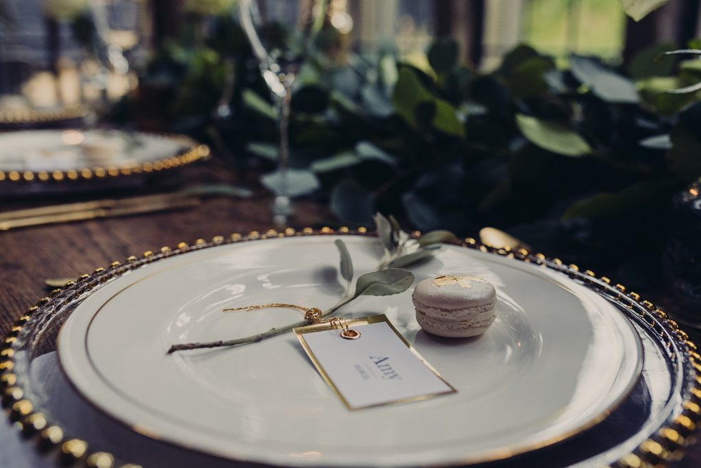 wedding planning table plate gold foil edge place tag gold thread gold leaf macaron